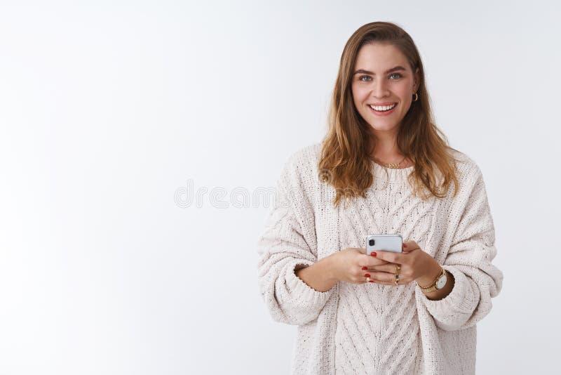 Πυροβοληθε'ν στούντιο smartphone εκμετάλλευσης γυναικών χαμόγελου γοητείας ευτυχές που φαίνεται θετική επικοινωνία χρησιμοποιώντα στοκ εικόνες με δικαίωμα ελεύθερης χρήσης