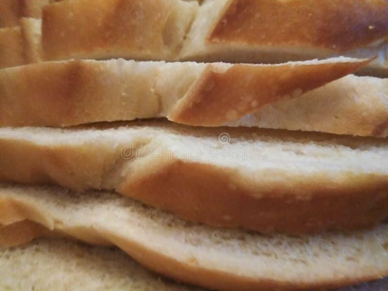 Πυροβολισμός κινηματογραφήσεων σε πρώτο πλάνο των περικοπών στο ψωμί μαγιάς στοκ εικόνες