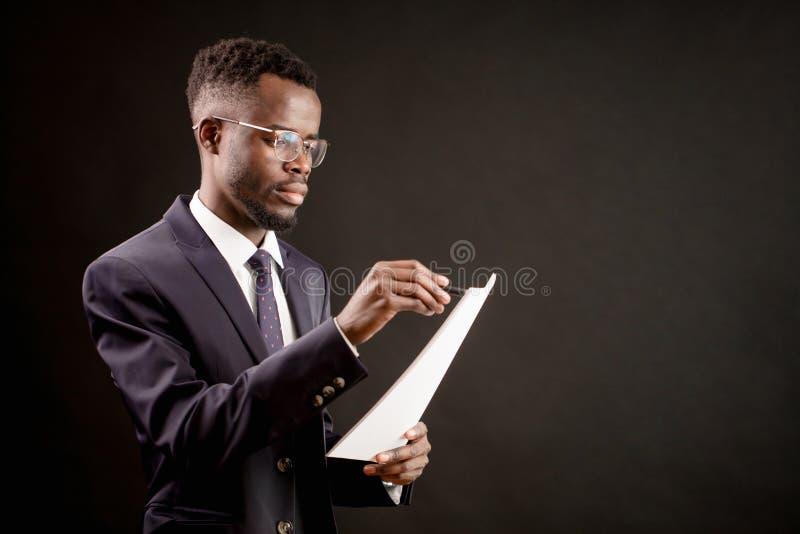 Πυροβολισμός πλάγιας όψης του νέου καλά-ντυμένου CEO που καταργεί ακυρώνοντας μια σύμβαση στοκ εικόνα