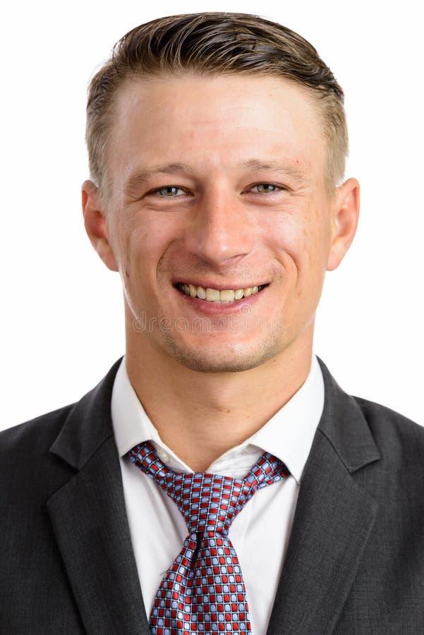 Πυροβολισμός πορτρέτου του νέου ευτυχούς καυκάσιου απομονωμένου επιχειρηματίας agai στοκ εικόνες