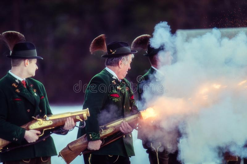 Πυροβολισμός που εκτελείται εορταστικός από τους σκοπευτές από το Associati στοκ εικόνες