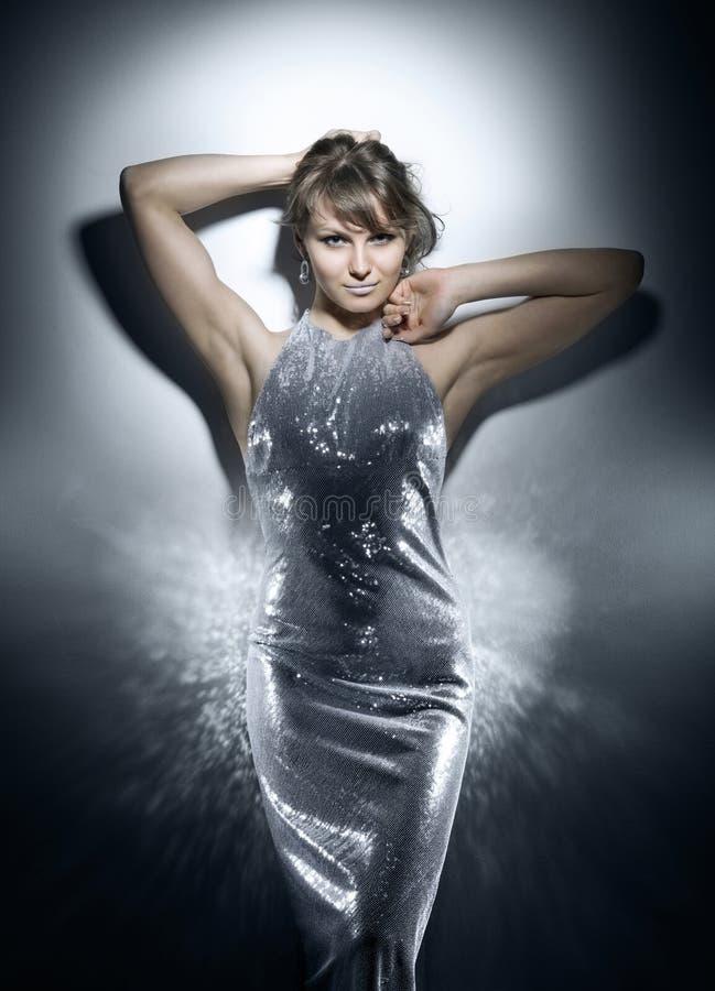 Πυροβολισμός στούντιο ομορφιάς ενός προτύπου στο ασημένιο φόρεμα στοκ φωτογραφία με δικαίωμα ελεύθερης χρήσης