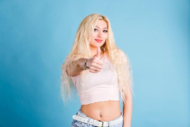 Πυροβολισμός στούντιο της όμορφης όμορφης γυναίκας που απομονώνεται ενάντια στον τοίχο στούντιο στοκ φωτογραφία με δικαίωμα ελεύθερης χρήσης