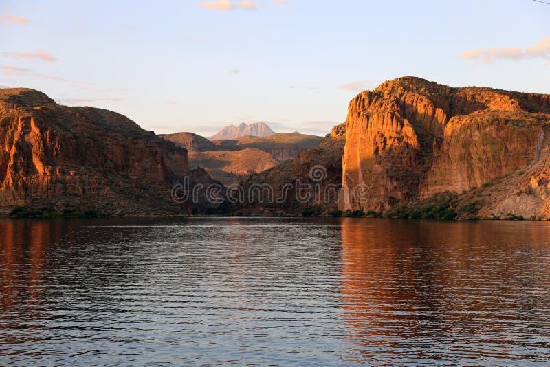 Πυροβοληθείς από τη λίμνη φαραγγιών που κοιτάζει έξω στις τέσσερις αιχμές ακριβώς έξω από τη σύνδεση Apache, Αριζόνα στοκ εικόνα με δικαίωμα ελεύθερης χρήσης