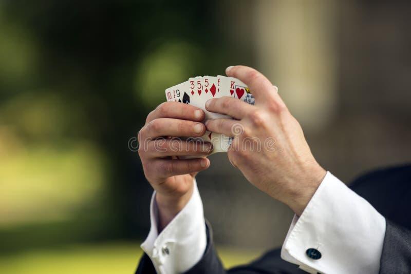 Πυροβοληθείς ενός μάγου που παρουσιάζει κάρτες στοκ εικόνα με δικαίωμα ελεύθερης χρήσης