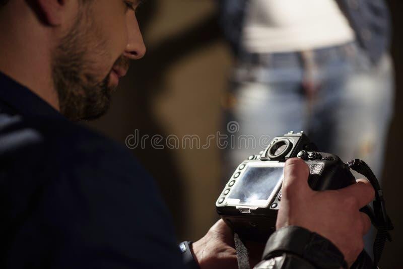 Πυροβολισμοί προσοχής νεαρών άνδρων του προτύπου στοκ φωτογραφία με δικαίωμα ελεύθερης χρήσης