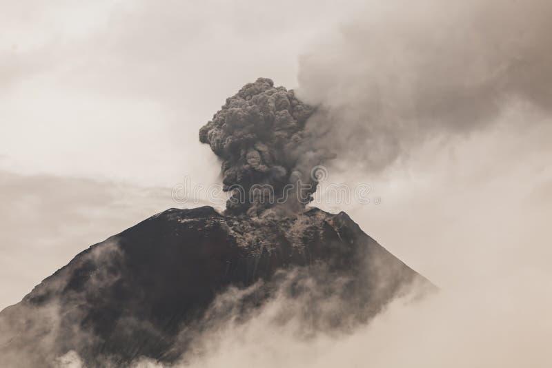 Πυροβολισμός ηλιοβασιλέματος Telephoto ηφαιστείων Tungurahua στοκ φωτογραφία