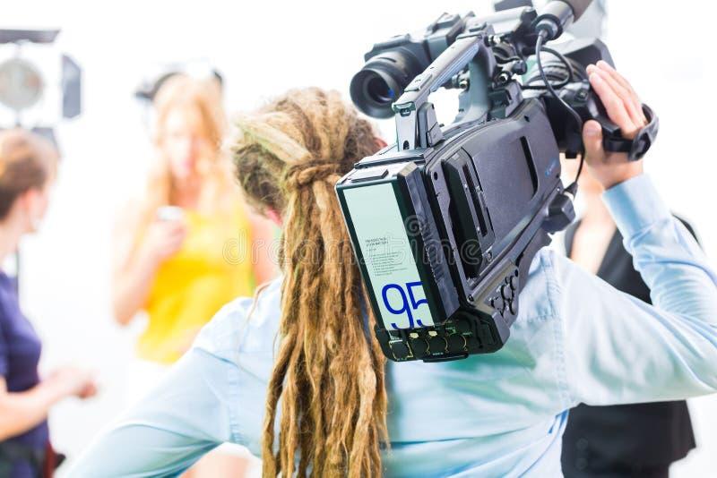 Πυροβολισμός καμεραμάν με τη κάμερα στο σύνολο ταινιών στοκ φωτογραφίες