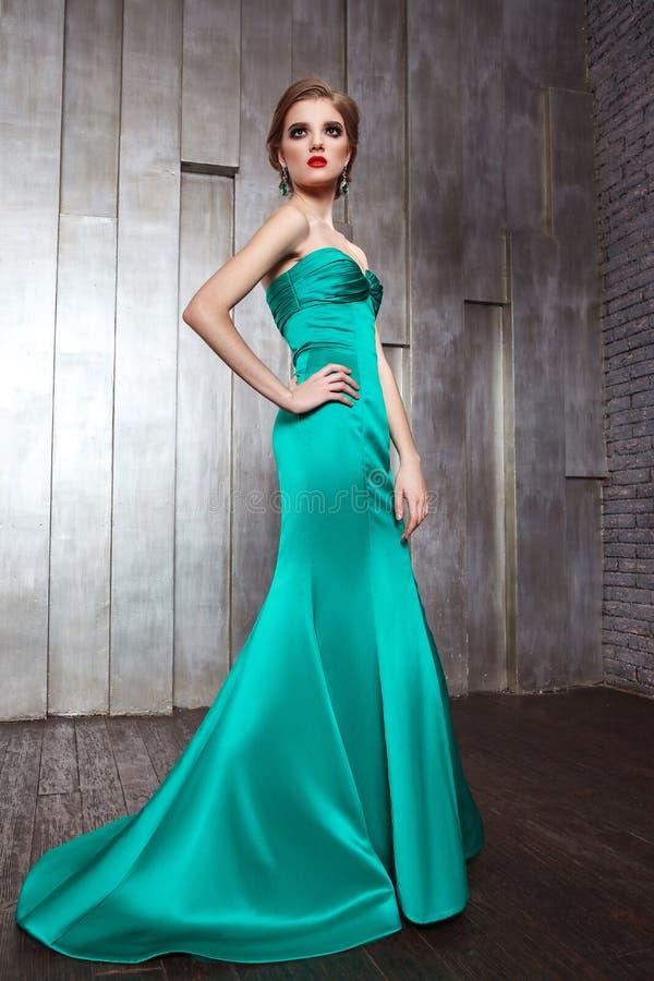 Πυροβολισμός φωτογραφιών ομορφιάς μόδας του όμορφου προτύπου στο πράσινο φόρεμα με το makeup και hairstyle στοκ εικόνα με δικαίωμα ελεύθερης χρήσης