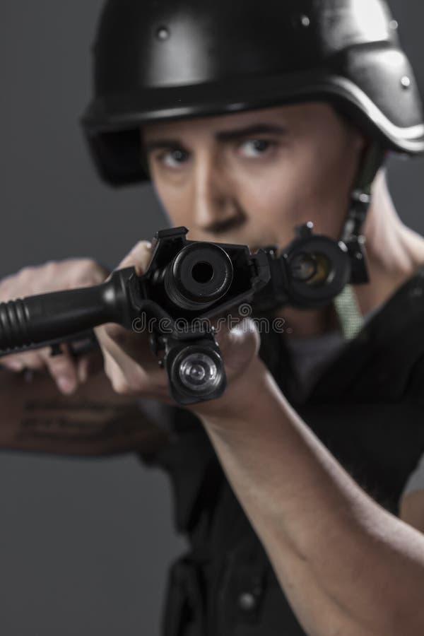 Πυροβολισμός, paintball αθλητικός φορέας που φορά προστατευτικό να στοχεύσει κρανών στοκ φωτογραφία με δικαίωμα ελεύθερης χρήσης
