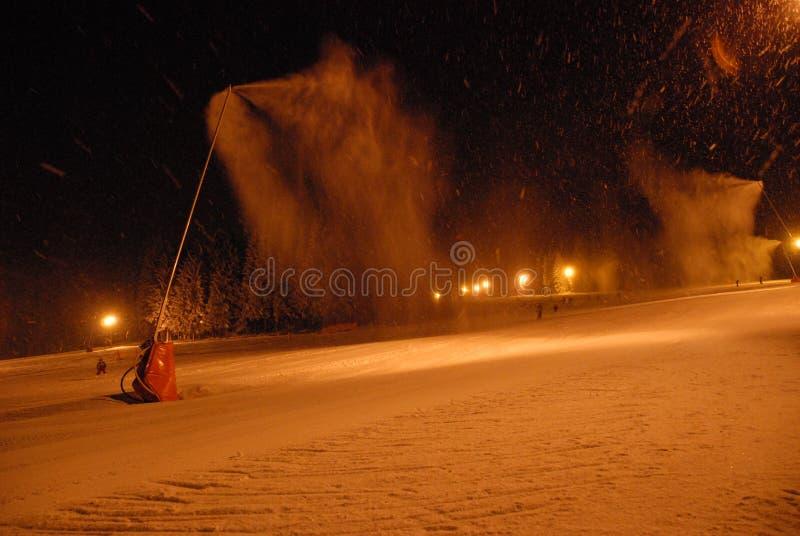 Πυροβόλα χιονιού που παράγουν το χιόνι στις κλίσεις στοκ φωτογραφία