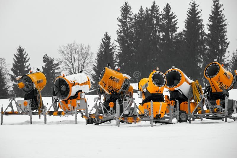 Πυροβόλα χιονιού σε μια σειρά στοκ εικόνα