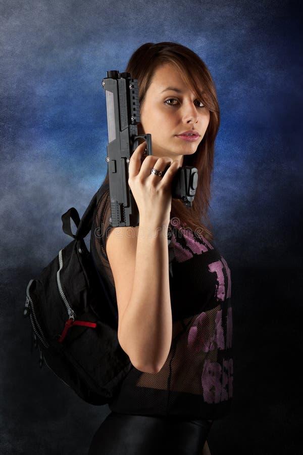 πυροβόλα όπλα ελεύθερης κολύμβησης που θέτουν τη γυναίκα στοκ φωτογραφία