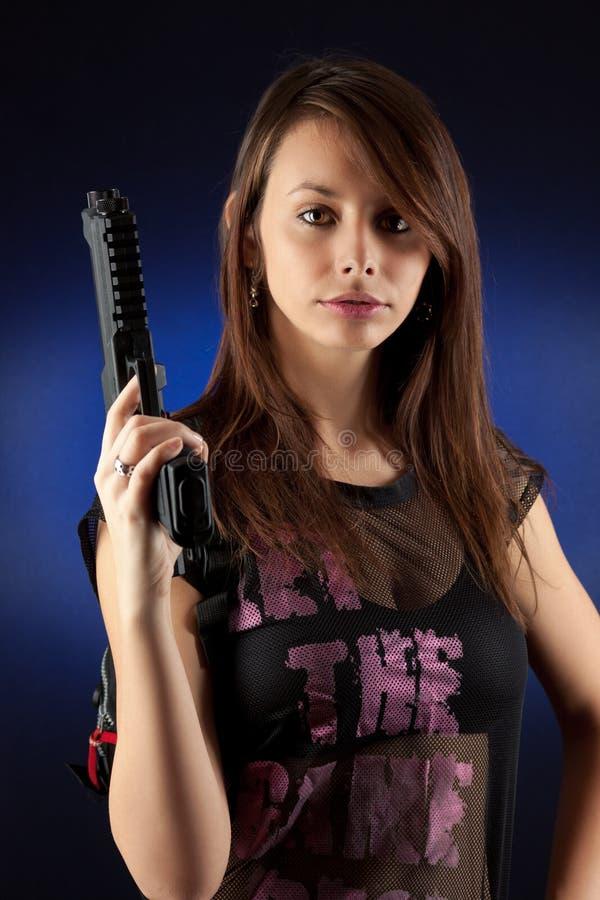 πυροβόλα όπλα ελεύθερης κολύμβησης που θέτουν τη γυναίκα στοκ φωτογραφίες