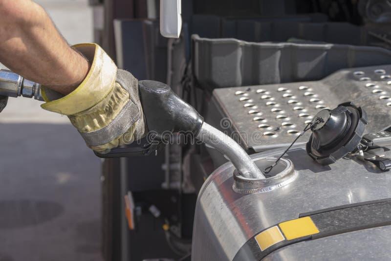 Πυροβόλο όπλο δεξαμενών κατά την ανεφοδιασμό σε καύσιμα ενός φορτηγού στοκ φωτογραφία με δικαίωμα ελεύθερης χρήσης