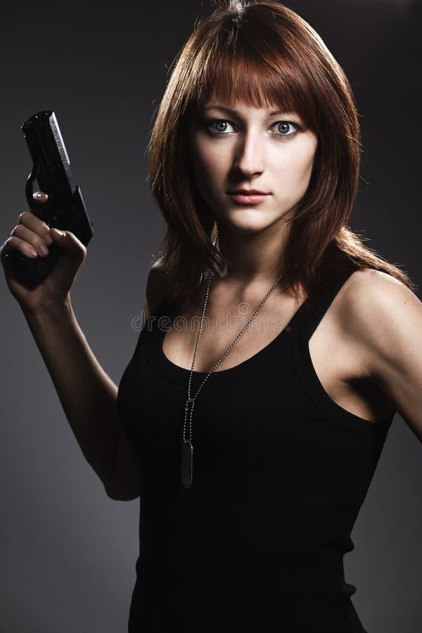 Πυροβόλο όπλο εκμετάλλευσης γυναικών στοκ εικόνες