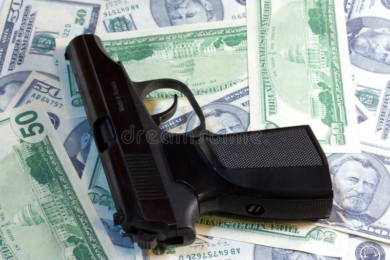 Πυροβόλο όπλο και χρήματα στοκ φωτογραφίες με δικαίωμα ελεύθερης χρήσης