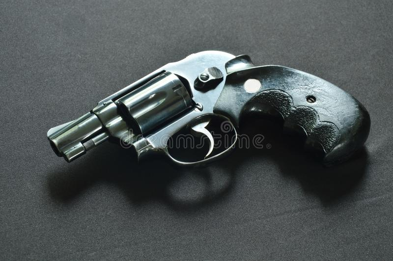 Πυροβόλο όπλο περίστροφων στο μαύρο υπόβαθρο υφάσματος στοκ φωτογραφία με δικαίωμα ελεύθερης χρήσης