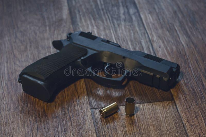 Πυροβόλο όπλο που βρίσκεται στο έδαφος με τα κοχύλια στοκ εικόνα με δικαίωμα ελεύθερης χρήσης