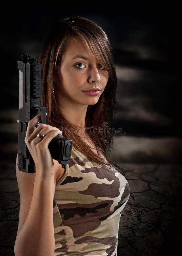 πυροβόλο όπλο που κρατά την προκλητική γυναίκα στοκ εικόνα
