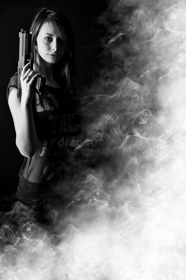 πυροβόλο όπλο που κρατά την προκλητική γυναίκα στοκ φωτογραφίες