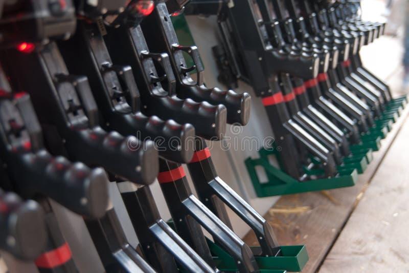 Πυροβόλα όπλα ετικεττών λέιζερ στοκ φωτογραφίες