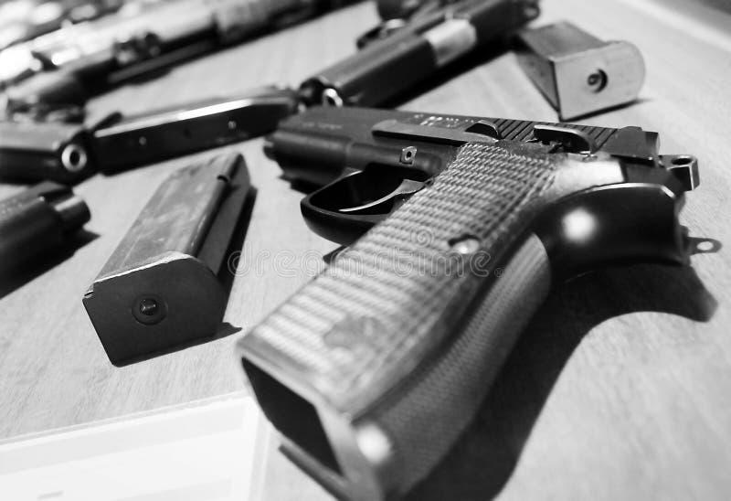 Πυροβόλα όπλα και περιοδικά στοκ εικόνα