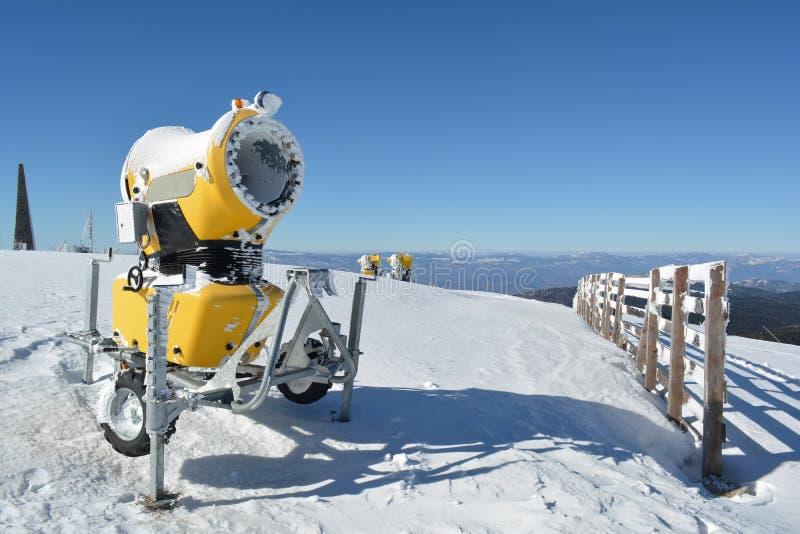 Πυροβόλα όπλα χιονιού στην κορυφή του βουνού στοκ φωτογραφία