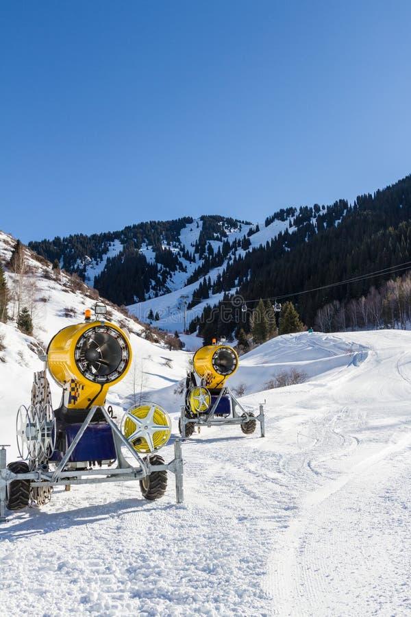 Πυροβόλα όπλα χιονιού στο χιονοδρομικό κέντρο στοκ φωτογραφίες