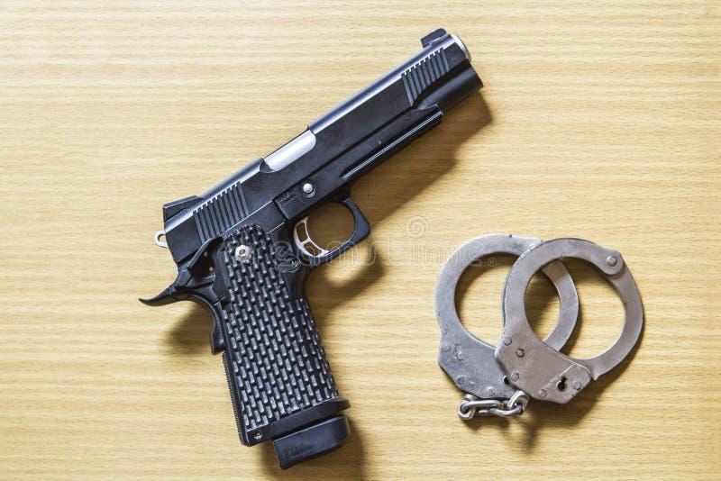 Πυροβόλο όπλο και δεσμός στο ξύλο στοκ εικόνα