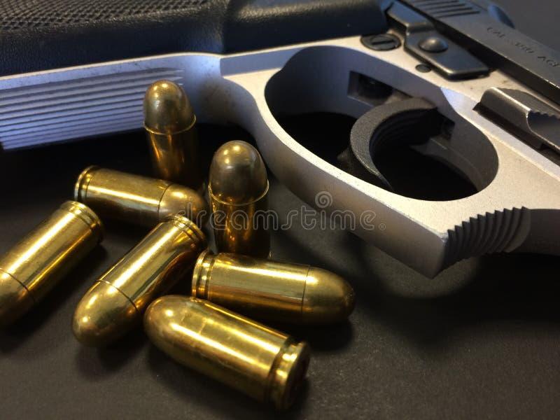 Πυροβόλο όπλο και σφαίρες στοκ φωτογραφίες