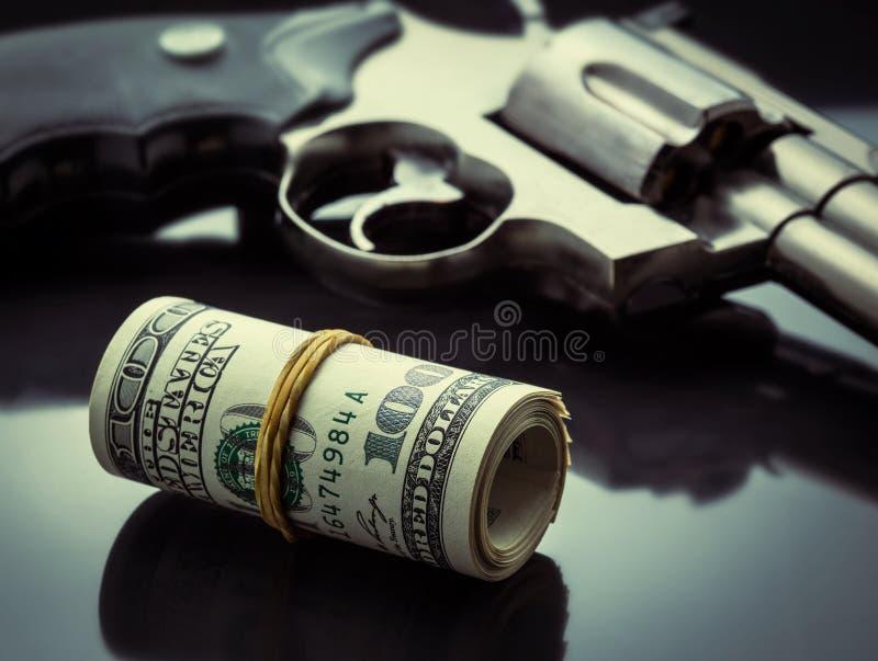 Πυροβόλο όπλο και χρήματα στοκ εικόνες με δικαίωμα ελεύθερης χρήσης