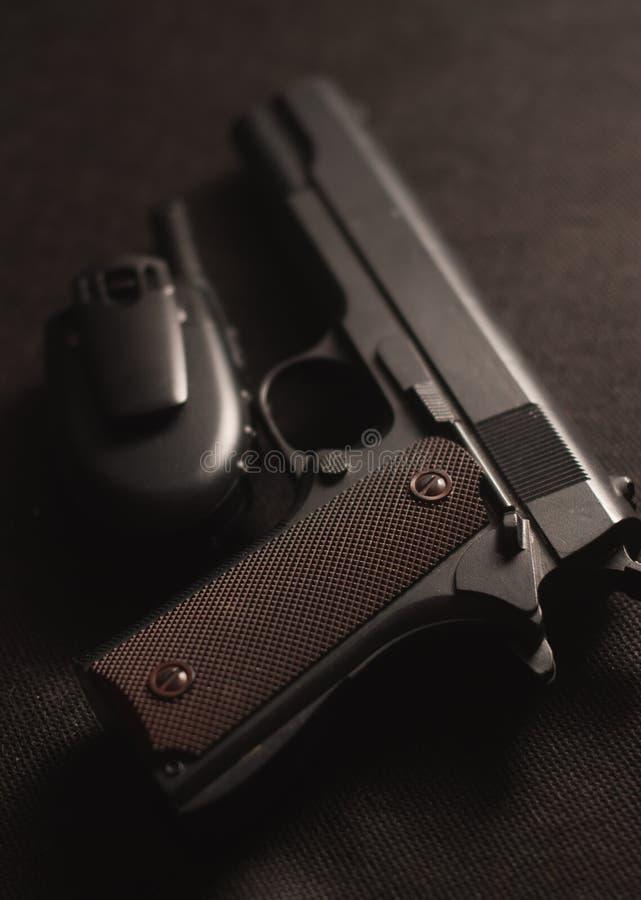 Πυροβόλο όπλο και walkie-talkie στο μαύρο υπόβαθρο, στοκ φωτογραφία με δικαίωμα ελεύθερης χρήσης