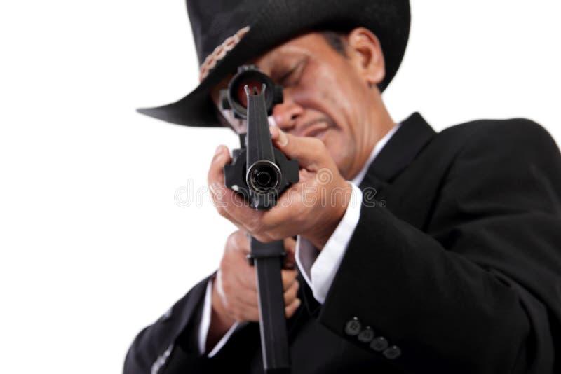 Πυροβόλο όπλο που δείχνεται στη κάμερα, που απομονώνεται στο λευκό στοκ φωτογραφίες