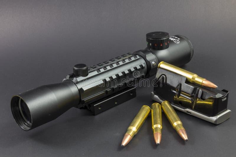 Πυρομαχικά, ένα πεδίο και ένας συνδετήρας στοκ εικόνα με δικαίωμα ελεύθερης χρήσης