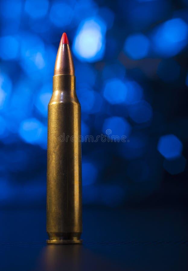 Πυρομαχικά τουφεκιών με το μπλε πίσω στοκ εικόνες