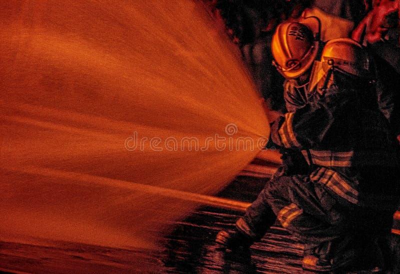 Πυροσβέστες που κρατούν τη γραμμή στοκ φωτογραφίες