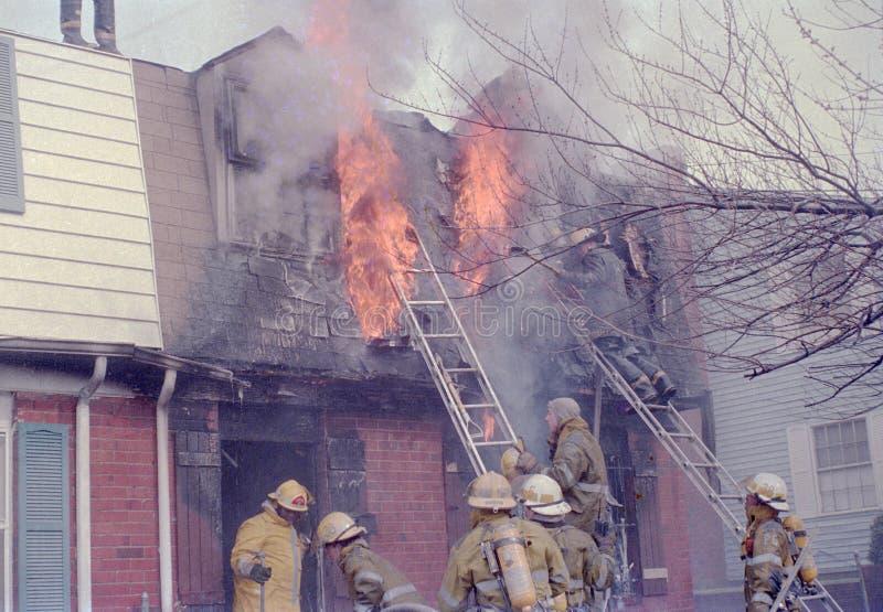 Πυροσβέστες που παλεύουν μια πυρκαγιά townhouse στο πάρκο Palmer, Μέρυλαντ στοκ φωτογραφία