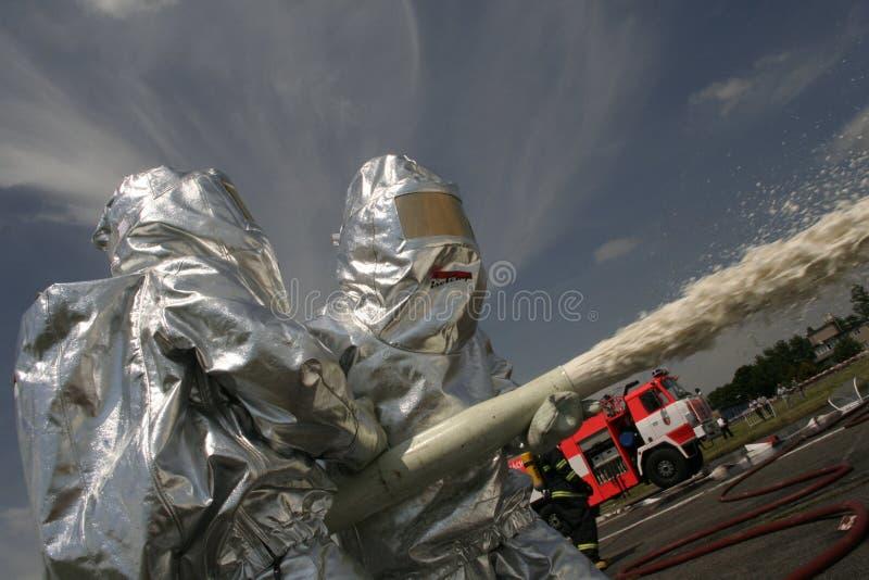 Πυροσβέστες στη δράση στοκ φωτογραφία με δικαίωμα ελεύθερης χρήσης
