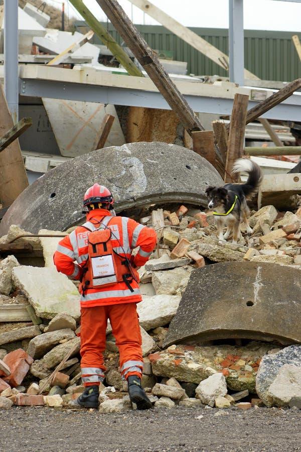 Πυροσβέστης και σκυλί διάσωσης στην καταστροφή στοκ εικόνα με δικαίωμα ελεύθερης χρήσης