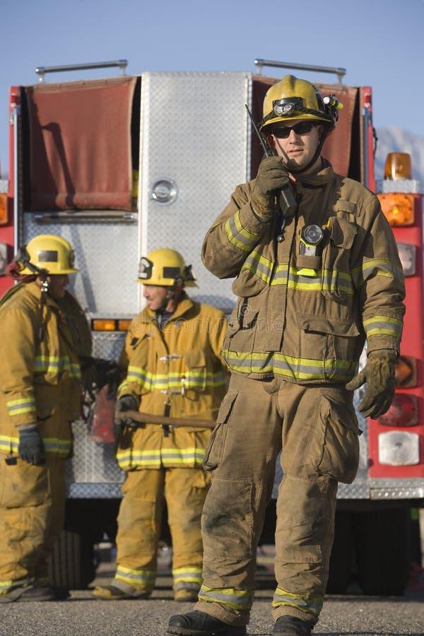 Πυροσβέστης που μιλά στο ραδιόφωνο στοκ εικόνες με δικαίωμα ελεύθερης χρήσης