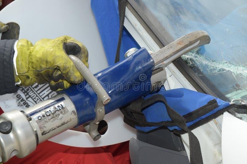 Πυροσβέστης που χρησιμοποιεί τα σαγόνια της ζωής στοκ φωτογραφίες με δικαίωμα ελεύθερης χρήσης