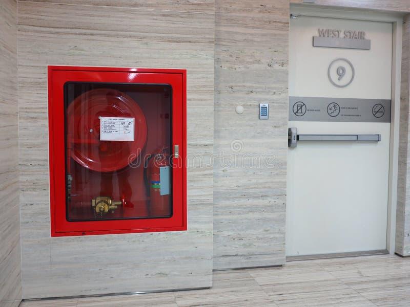 Πυροσβεστήρας με τους διάφορους τύπους πυρκαγιών στοκ φωτογραφία με δικαίωμα ελεύθερης χρήσης