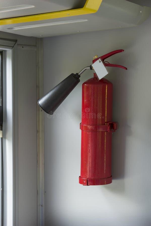 Πυροσβεστήρας σε αποθήκη ηλεκτρικού βαγονιού τρένου στον τοίχο στοκ εικόνες με δικαίωμα ελεύθερης χρήσης