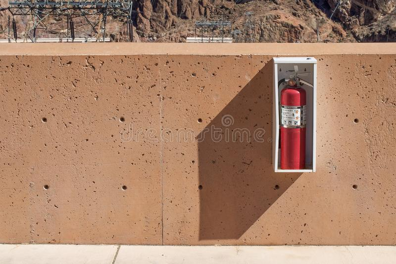Πυροσβεστήρας στον τοίχο στοκ εικόνες με δικαίωμα ελεύθερης χρήσης