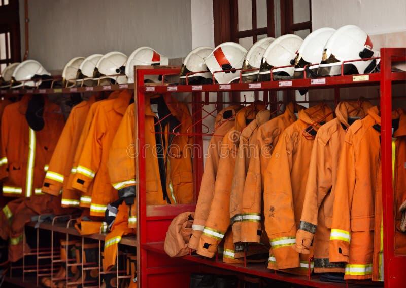 Πυροσβεστικός εξοπλισμός που τακτοποιείται στα ράφια στο πυροσβεστικό σταθμό στοκ φωτογραφία με δικαίωμα ελεύθερης χρήσης