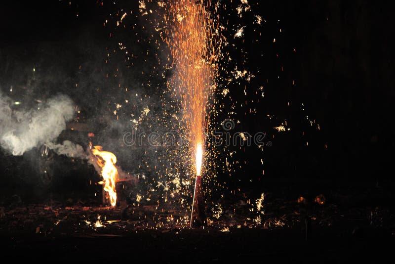 Πυροτεχνήματα ή firecrackers κατά τη διάρκεια του φεστιβάλ Diwali ή Χριστουγέννων στοκ εικόνα