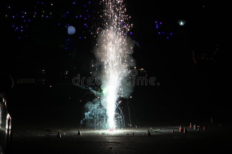 Πυροτεχνήματα ή firecrackers κατά τη διάρκεια του φεστιβάλ Diwali ή Χριστουγέννων στοκ φωτογραφίες με δικαίωμα ελεύθερης χρήσης