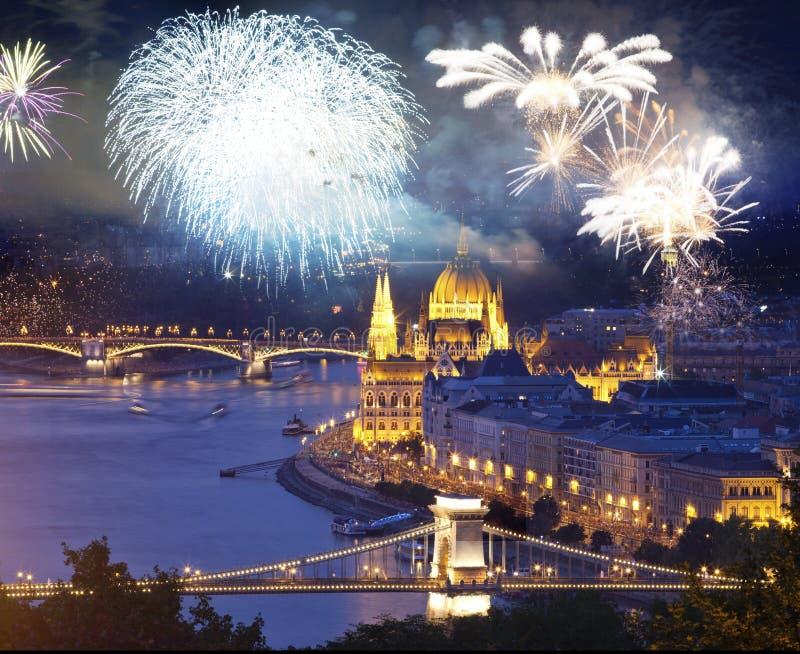 πυροτεχνήματα γύρω από τον ουγγρικό προορισμό έτους των Κοινοβουλίων νέο, Βουδαπέστη στοκ φωτογραφίες