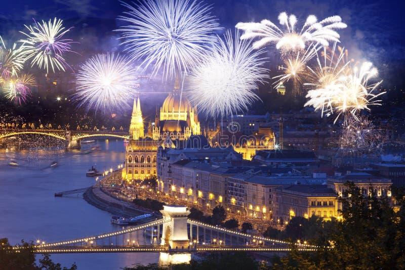 πυροτεχνήματα γύρω από τον ουγγρικό προορισμό έτους των Κοινοβουλίων νέο, Βουδαπέστη στοκ εικόνες